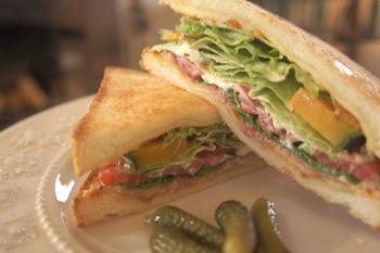 お野菜たっぷりのサンドイッチは、香ばしく焼けたトーストとシャキシャキのお野菜のバランスが最高です。店内には、スタッフが描いた絵画や地元の鍛鉄作家さんが作った照明などが使われていて、アーティスティックな雰囲気も満喫できますよ。