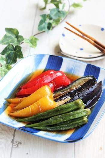 鮮やかな夏野菜の彩りをそのままに。フライパンで作れる、シンプルでおいしい揚げ焼き浸しのレシピです。冷やすことで味が染み、夏にぴったりのおかずになりますよ。