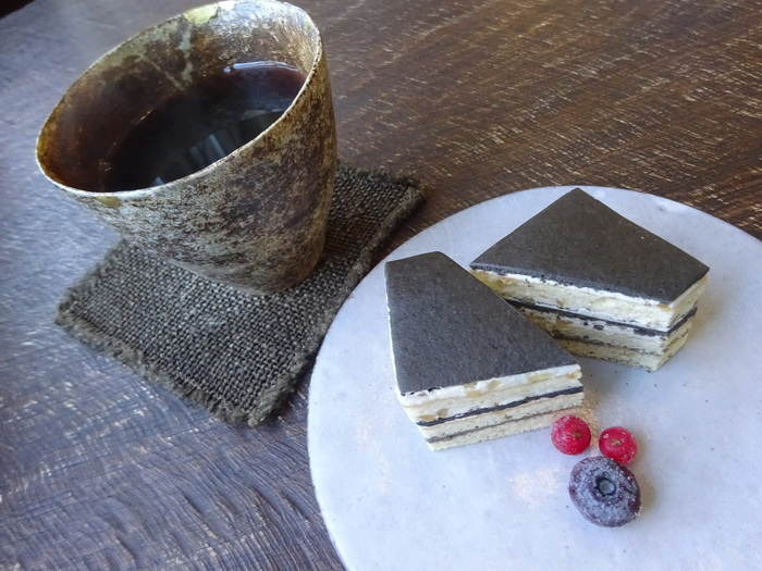 「黒ゴマとくるみケーキ」は、クリームの中に刻んだくるみが入っていて食感が良く、濃厚なゴマの風味もクリームと絶妙にマッチしています。コーヒーは、小淵沢の焙煎店が配合するオリジナルブレンドで、さらに地元作家さんの器でいただけます。