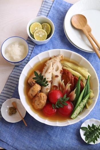 練り物の他に夏野菜も一緒に煮る、冷たい夏のおでんのレシピ。冷やすことで味が染みやすく、みずみずしい野菜も楽しめるのが魅力です。大根おろしやすだち、柚子胡椒を添えてさっぱりと召し上がれ!