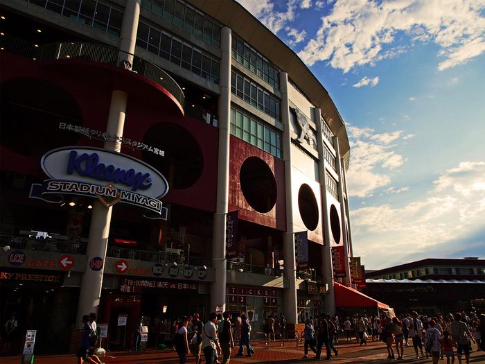(画像は2012年のもの。現在は球場名が楽天生命パーク宮城に変わっています。) 仙台が誇る野球場「楽天生命パーク宮城」は、JR仙台駅から徒歩約20分。最寄りの駅からも徒歩5分と訪れやすい場所にあります。ここではプロ野球を観戦するのももちろんおすすめですが、野球以外でも楽しめるスポットなんです。