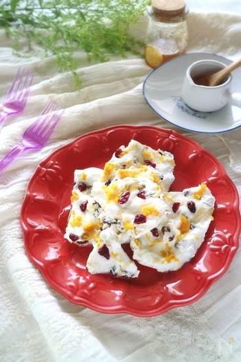 散りばめられたレモンの皮がまるでお花のよう!真っ赤なお皿との相性も◎ですね。クランベリーはまるごと使わずに半分にカット。材料が小さいと少しずつ割って食べられるから、一人分のデザートにもぴったり。