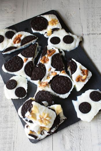 オレオとバナナという子どもたちが大好きな組み合わせもヨーグルトバークにIN!もちろんオレオ以外の他のチョコレートクッキーでもOK。いろんな組み合わせで、自分好みのレシピをぜひ見つけましょう。