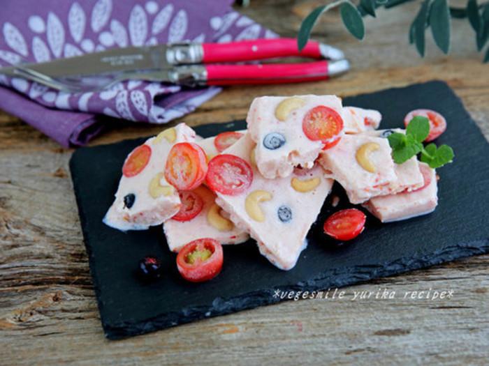 トマトピューレをベースのヨーグルトに混ぜているから、ほんのりピンク色に染まっていてとってもかわいいですね。トマトは凍ったまますりおろせば楽なんだとか。豆乳ヨーグルトを使って、よりヘルシーに。