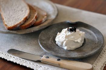 ヨーグルトを水切りしないまま使ってしまうと、食感がシャーベットのように軽い口当たりに。それでもおいしいですが、今回作りたいヨーグルトバークは、とろっと優しい口当たりがポイント!しっかりと水切りしてから使いましょう。もし濃厚なギリシャヨーグルトがある場合には軽く水を切るだけでもOKだそう。