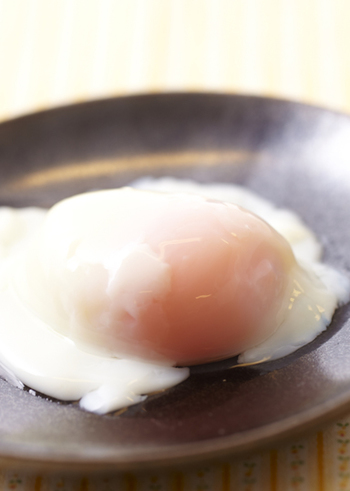 炊飯器の保温機能を使うと、一定の温度を保つことができるので温泉卵を作ることができます。おおむね30分から40分ほどかかるので、時間があるときにおすすめの方法ですね。