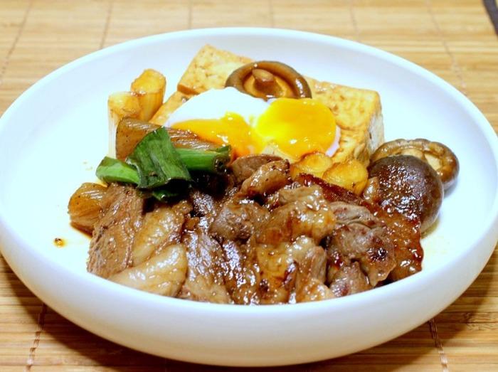 すき焼き風のステーキには、生卵よりも断然温泉卵が合うんです!生卵よりもほかの具材に絡みやすく、最後まできれいに食べることができます。このアイデアはもっと多くの人に知ってほしいアイデアです。