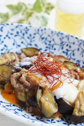 なすと豚肉の味噌炒めにも温泉卵をトッピングして。さらにトップには糸とうがらしをのせて、キュートな見栄えに仕上がりました。白と黄色と赤のコントラストがとてもきれいですね。