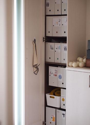 玄関の棚にファイルボックスをずらり並べてすっきり収納!ラベリングしてあるので、中に何が入っているか一目瞭然です。