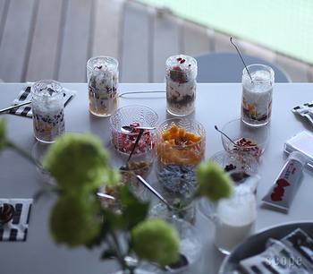 細長いグラスは、層になったデザートを盛りつけるのにもぴったり。断面を見せることで、より美味しそうな雰囲気を演出できます。