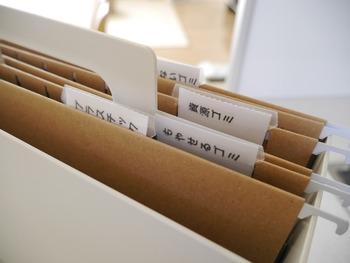 細かな書類の仕分けには、インデックスを付けるとさらに便利です。「再生紙ハンギングホルダー・見出しインデックス付」という専用の商品もありますよ。