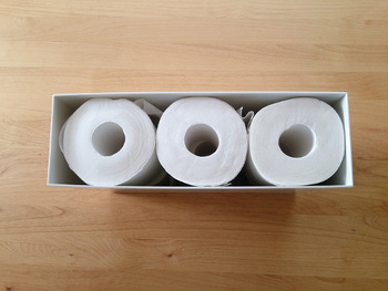 トイレットペーパーは、「ポリプロピレンファイルボックス・スタンダードタイプ」にぴったり6ロール入ります。買ってきたら袋から出して入れ替える…このひと手間がすっきりへの近道です♪