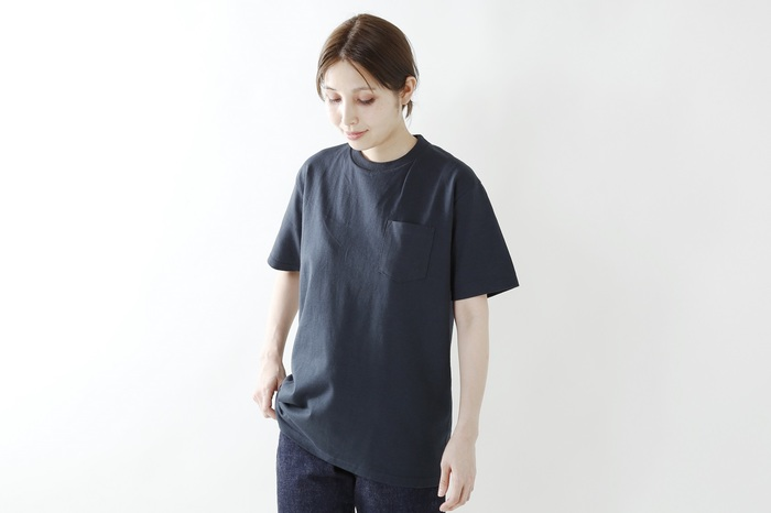 左胸の大きめポケットが可愛い、シンプルなクルーネックのTシャツ。生地は厚手のコットン100%で、自宅で洗濯できます!ストレスのない着心地の良さ、締め付け感のないゆったりしたサイズ感が暑い夏にうれしい。
