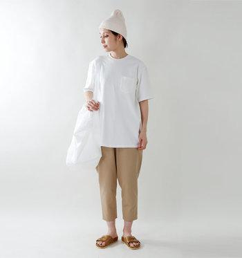 もちろん、ゆるめのパンツとサンダルで思い切りカジュアルなスタイリングを楽しむのおすすめ。全身をホワイト&ベージュで統一して爽やかに。