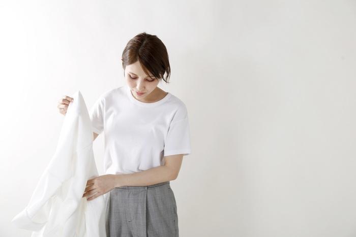 ミニマルで洗練された印象を与えるコットンTシャツ。コンパクトなサイズ感で、一枚で着るのはもちろん、インナーとしても大活躍します。しっかり伸び縮みする細かなリブで、着心地もバツグン◎