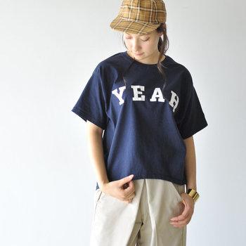 シンプルなカレッジ風ロゴが目を惹く、ヴィンテージライクな一枚。アメリカ国内で流通しているチャンピオン製のビッグサイズボディをベースに、日本国内でリサイズ・プリントを施しています。チノパンやワークパンツを合わせてメンズライクな着こなしを楽しんでみて。