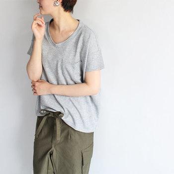 広めに開いたUネックが女性らしい抜け感を与えるコットンTシャツ。くたっとなった表情が魅力で、着るだけでこなれた雰囲気を演出できます。大人の女性にぴったりの一枚。