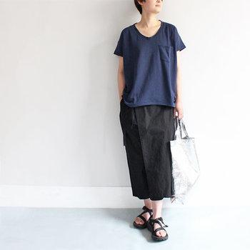 肩を落としたドロップショルダーにゆとりある身幅で、暑い日でもリラックスして過ごせます。パンツでもスカートでも合わせやすい絶妙な丈感もGOOD!