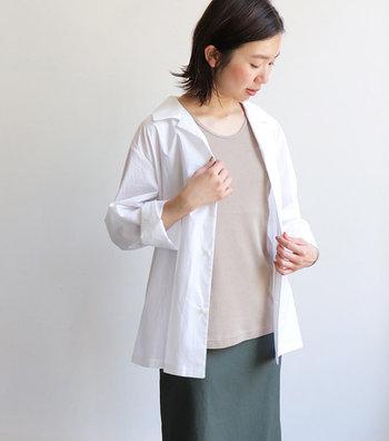 ベージュのタンクトップに白シャツを重ねた、ナチュラルな色合いが素敵。丈感は長めで安心して着られます。