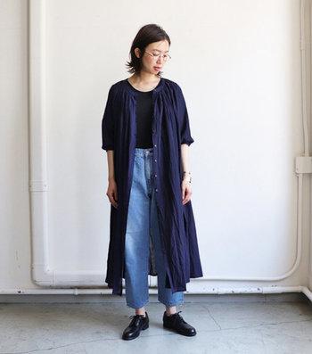 重ね着に重宝するので色違いでそろえるのもおすすめです。ガーリーなシャツワンピースの中に合わせるなら、コーデを引き締めてくれるブラックを選ぶのが正解。