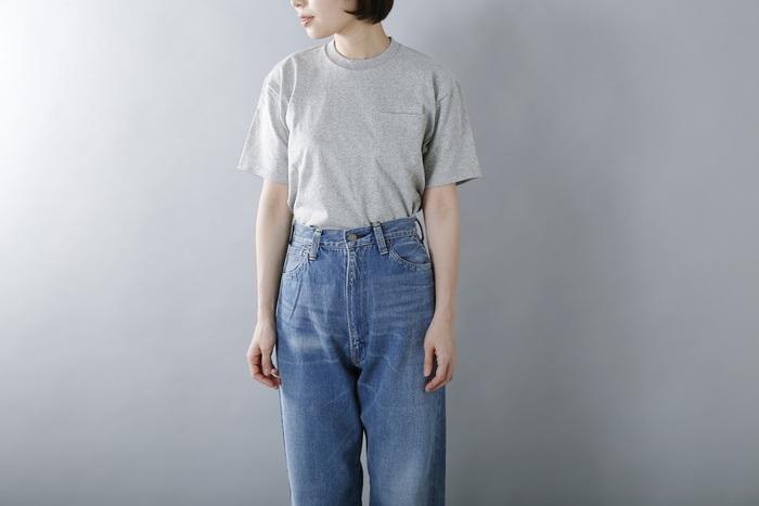 長年穿きこんだような、自然な色落ちのヴィンテージ加工を施したジーンズ。通年着られる淡いブルーは野暮ったく見えず、女性らしい絶妙なバランスに仕上げられています。ハイウエストなのでトレンドのトップスインもお似合い◎シルエットは太めで脚にまとわりつかず、夏場でも快適に過ごせます。