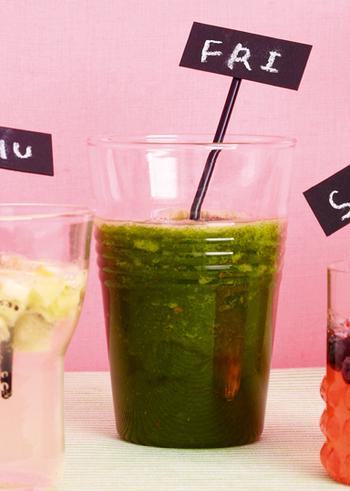 栄養がたっぷりと含まれる小松菜と、ビタミンたっぷりのリンゴのグリーンスムージー。リンゴの甘みで、爽やかな飲みごたえです。