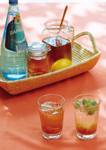 しょうがをことこと砂糖で煮ます。ジンジャーシロップとレモン果汁をたっぷり加えたドリンク。紅茶やソーダで割って飲めば、爽やかでのど越しのいいドリンクに。爽やかなジンジャーの香りとレモンの酸味がスッキリ。