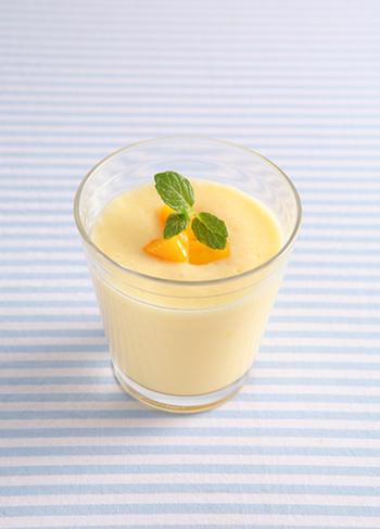 マンゴーをたっぷりと使ったマンゴーラッシー。ヨーグルトの酸味と、マンゴー&はちみつの甘みが夏らしいドリンク。さっぱり爽やかにいただけます♪