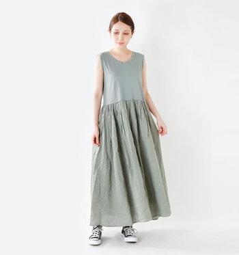 トップス部分にはカットソーを、スカート部分にはリネン布帛を使った軽やかなロングスカート。「すっきりとふんわり」、2つの異なる雰囲気を一枚で楽しめます。スニーカーでカジュアルにまとめてヘルシーに着こなしてみて。