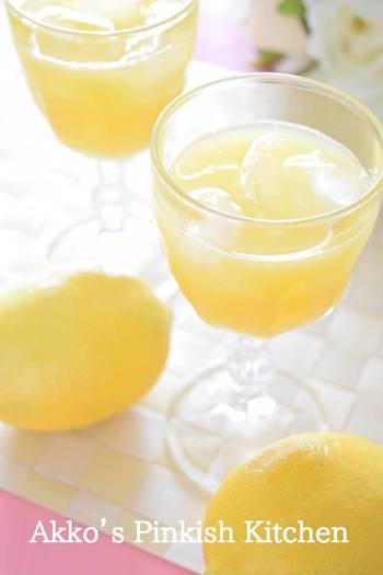 オレンジジュースに、フレッシュなレモン果汁を加えたドリンク。甘さと酸っぱさが絶妙で、キリリとそれぞれの美味しさが引き立ちます。