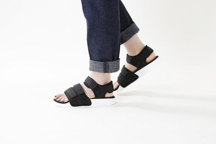 「adidas Originals(アディダス オリジナルス)」のベルクロストラップサンダル。三連のベルクロストラップは、自分の足に合わせてアジャストできるのでフィット感も抜群です。安定感のあるソール、インソールの低反発クッションなど長時間歩いても疲れにくいこだわりもたくさん!