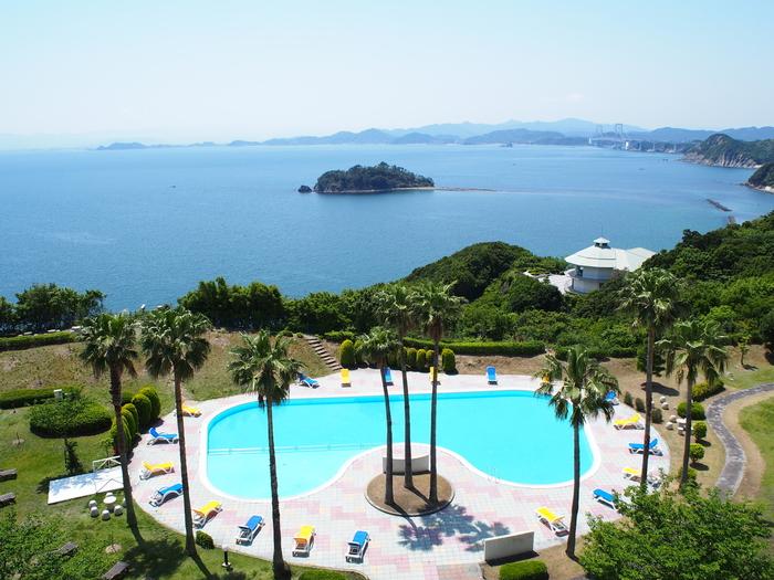 ちょっぴり贅沢な記念日旅行の際にぜひ泊まりたいホテルが「ホテル&リゾーツ 南淡路」です。夏季のみですが館内には屋外プールがあり、このホテルに宿泊すればお得に遊ぶことができちゃいます♪