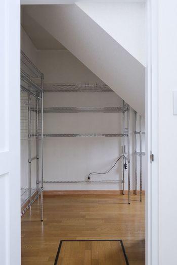 大きなウォークインクローゼットがあるお宅でしたら、自由自在にその時々に応じて調節できる「ラック」がおすすめです。最初に整理整頓がしやすい収納棚を用意しておけば、詰め込むだけのクローゼットにならなくて済みますね。