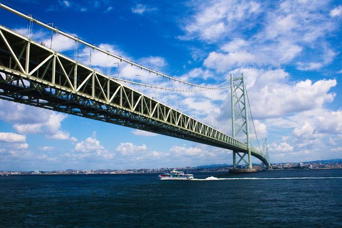 本州から明石海峡大橋で繋がる淡路島は、車でアクセスできる離島です。車がある方はドライブにも最適です。 そして大阪や兵庫からの高速バス、高速船の利用もできます。そのため車の運転をしない方でも大丈夫。新神戸駅から淡路島へは高速バスで約1時間30分。また神戸空港、関西国際空港、大阪国際空港からもそれほど離れていないため、飛行機を利用する方でも行きやすい離島のひとつですよ。