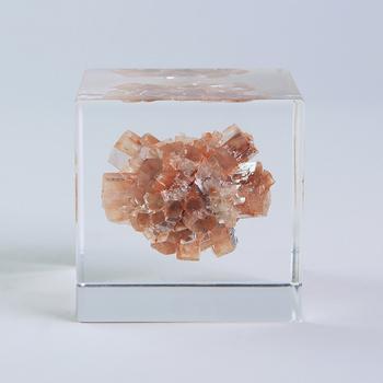 真っ赤な人工衛星:「霰石」(Aragonite/アラゴナイト)  スペイン・アラゴン州周辺で多く産出されることから、英名では「アラゴナイト」と呼ばれる霰石。中心部の石を核に、六角柱状の結晶が放射状に広がっています。