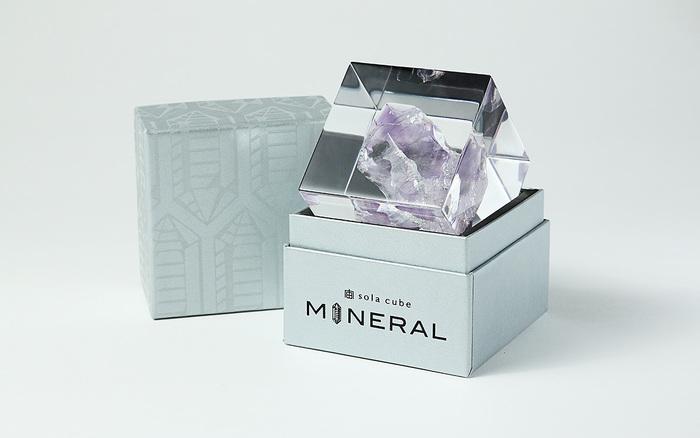 落ち着いたシルバーの箱の前面には、黒の箔で印刷されたロゴが浮かびます。水晶の結晶をイメージしたイラストを印刷した蓋もスタイリッシュ。