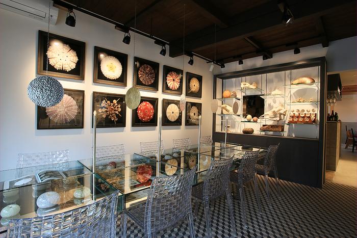 植物や鉱物の標本に囲まれた博物館のような空間でまったり過ごせる「カフェ」も併設。食材本来の色、形、味を活かしたフード、スイーツ、ドリンクを楽しめます。「隕石カレー」「アメシスト パンナコッタ」などネーミングもユニーク。
