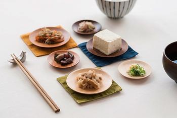 ちいさなおかずを盛りつけて。リズミカルに豆皿を並べてあげると、落ちつきのあるテーブルセッティングが完成します。