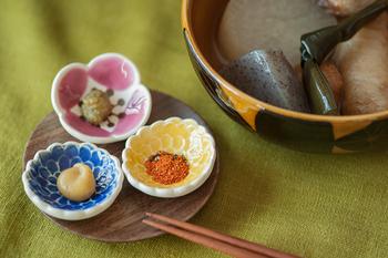 ちいさなちいさなお花の豆皿には、薬味をすこしずつ出して。お花の中央にぱっと色がのって、さらに鮮やかに見えますね。