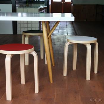 予備の椅子としても活躍してくれるコンパクトなスツール。来客時だけに使っているという方も多いアイテムですが、アイデア次第でいろいろな使い方ができるんです。