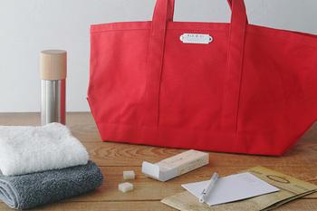 しっかりとした布を使ったトートバッグは、バッグとして使うほか、おうちの中でも使い道が多いアイテムなんですよ。