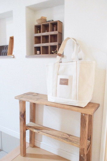 取っ手に革のベルトがついているトートバッグは玄関に置いて。玄関で使いたいものをしまっておくと便利です。