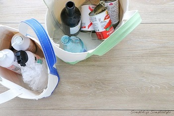 缶や瓶などの資源ごみを分別するのに、ごみ箱を増やすとかさばりますが、トートバッグならコンパクトにまとまります。ゴミ捨て場に行くときは、そのまま持っていくこともできるので、ゴミ出しも楽になりますね。