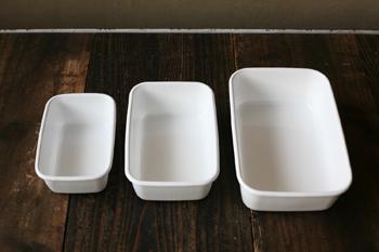 シンプルな野田琺瑯の容器は、かたちも大きさもバラエティに富んでいるので、使いまわしの効果も大きいんですよ。真っ白な野田琺瑯の容器はスタッキングすることもできるので、コンパクトに収納できますね。