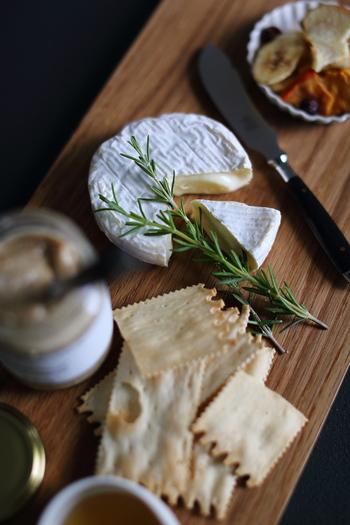 お酒をいただくときは、すこしだけおつまみも用意してみると、「お酒を飲む時間」そのものを長く楽しめるようになります。余っていたチーズやピクルス、ナッツなどを小皿に盛りつけておうちバーの雰囲気を演出してみましょう。
