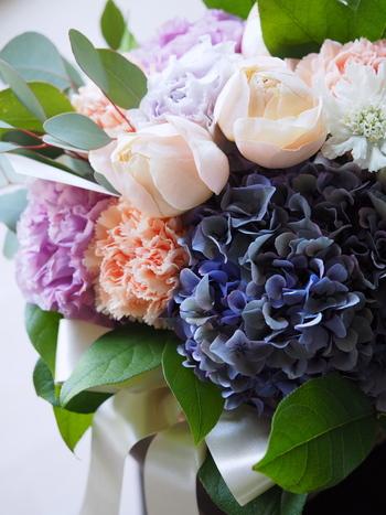お花はそこにあるだけで気持ちを盛り上げてくれる素敵なアイテムです。お仕事帰りにお花屋さんに寄って、好きな花ばかり集めたちいさなブーケを作ってもらいましょう。お花を丁寧に生けると、お花の生命力にあふれたパワーが流れ込んでくるのを感じます。