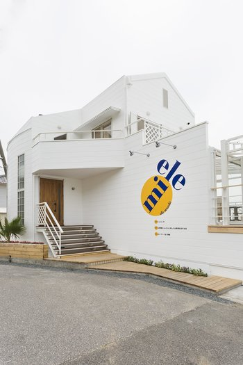 先にご紹介した「のじまスコーラ」の姉妹店が「Miele (ミエレ)」です。海沿いにある白い建物がなんともおしゃれ。ミエレとは、イタリア語ではちみつのこと。ここでははちみつを使った料理を堪能できます。