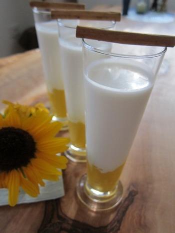 コップの底に、マンゴー(冷凍や缶詰めでもOK)のペーストを。その上に、ココナッツミルク入りのラッシーを注いだ、夏仕様のドリンク。よく混ぜてどうぞ。美しい2層になった華やかな飲み物は、気分も上がりますね♪