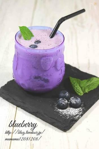 疲れた目に優しいアントシアニンたっぷりのブルーベリーを使って、鮮やかなラッシーに。ブルーベリーは、手軽に手に入る冷凍のものでもOK。元気がわいてきそうなドリンクです♪