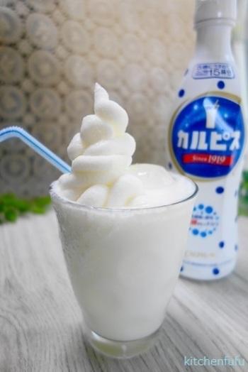 カルピスを使うラッシーも、手軽で人気。こちらは、さらにカルピスのアイスクリームをのせたスペシャルバージョン。暑い日に楽しみたいスイーツ系ドリンクです。